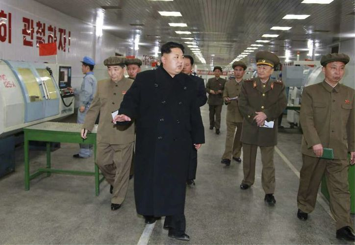 Fotografía sin fecha cedida el 8 de abril por el periódico Rodong Sinmun, del partido gobernante de Corea del Norte, en la que aparece el líder norcoreano Kim Jong-un (c) visitando una planta que produce partes para misiles y suministros militares en Pyongyang. (EFE)