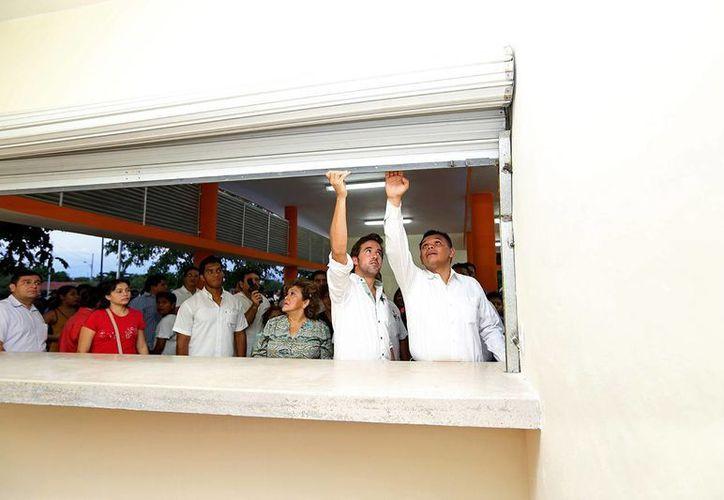 El gobernador de Yucatán, Rolando Zapata Bello, y el director de la Comey, Pablo Gamboa, durante el recorrido por las unidades de servicios del Paseo Verde. (SIPSE)