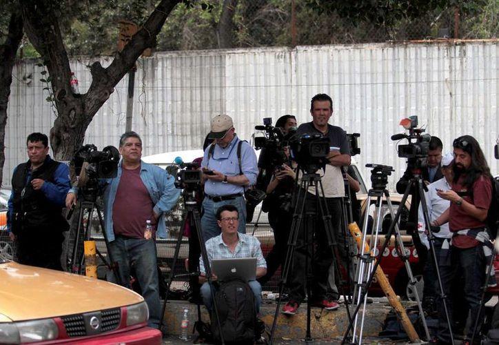 Gran número de comunicadores realizan guardia en las puertas del Instituto Nacional de Ciencias Médicas y Nutrición, Salvador Zubirán, en donde se encuentra hospitalizado Gabriel García Márquez. (Notimex)