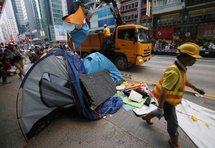 El campamento de manifestantes en una de las principales avenidas de Hong Kong fue retirado en menos de una hora. (AP)