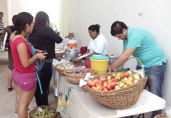 En los eventos se ofrece una amplia variedad de hortalizas, frutas, granos y comidas típicas. (Tomás Álvarez/SIPSE)