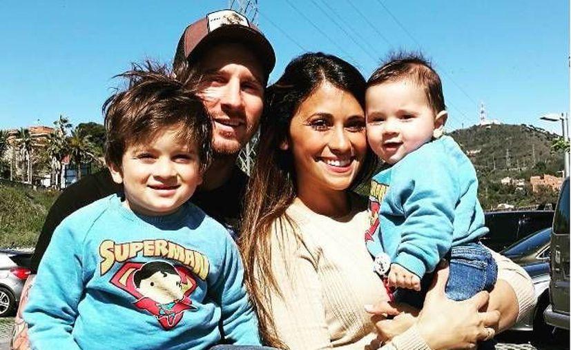 El delantero argentino Lionel Messi se casará con su novia Antonella Rocuzzo en su natal Rosario el año que viene. En la foto, la pareja con sus hijos Thiago y Mateo (Instagram Messi).