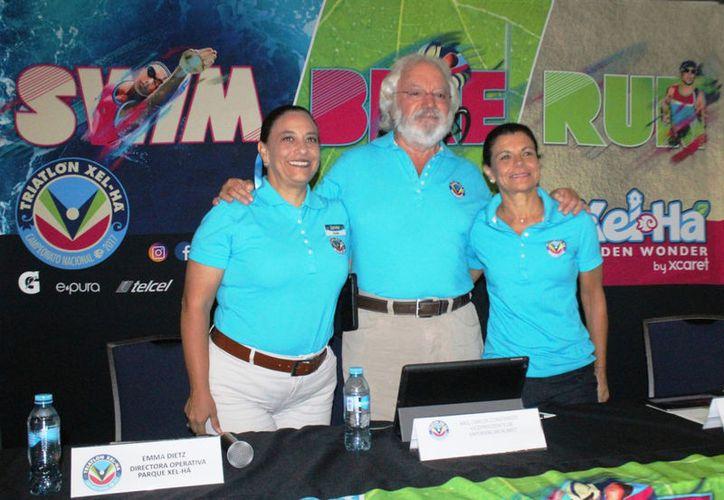 En la conferencia de prensa estuvieron Carlos Constandse, Emma Detz y Nelly Becerra. (Raúl Caballero/SIPSE)