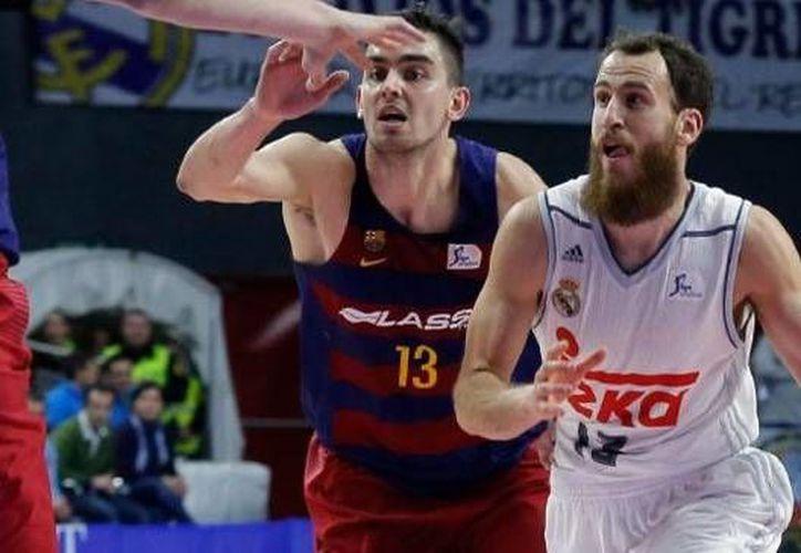 El Real Madrid perdió el clásico del basquetbol español  ante Barcelona Lassa, esto en partido de la fecha 13 de la ACB. (Twitter: @RMBaloncesto)