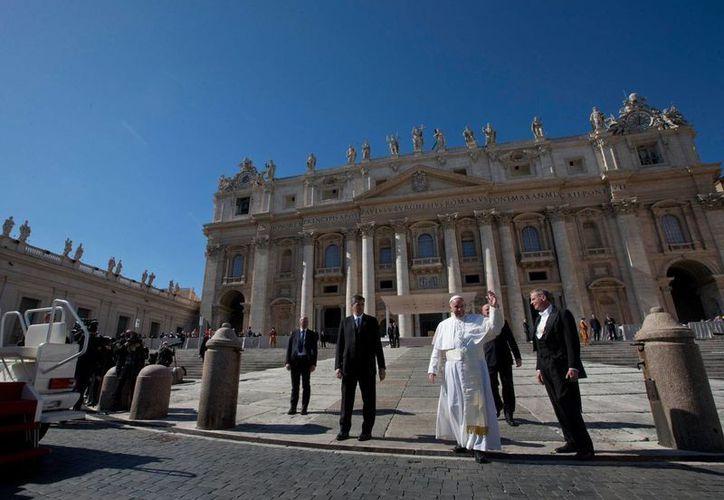 El Papa Francisco arriba a la Plaza de San Pedro para su audiencia del miércoles 3 de marzo de 2016, en El Vaticano. (AP)