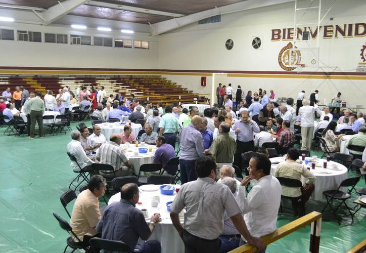 Personas que estudiaron en el Tecnológico de Mérida desde 1962 hasta hace poco se reunieron en un desayuno. (SIPSE)
