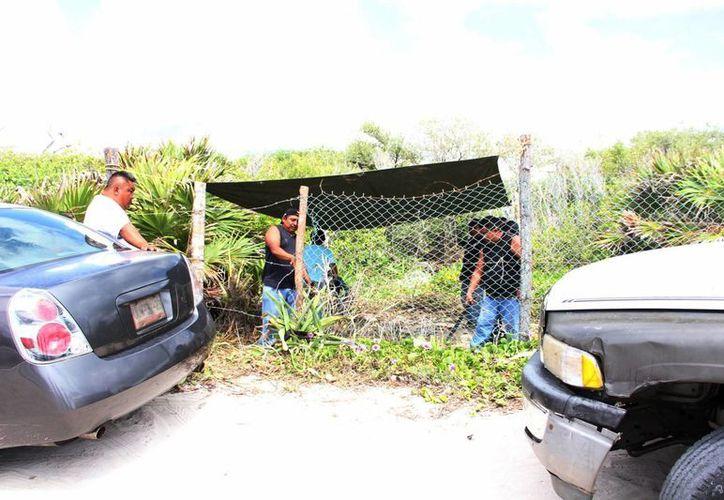 La presunta invasora llegó acompañada de aproximadamente 30 personas quienes rompieron la malla que delimita el predio. (Rossy López/SIPSE)