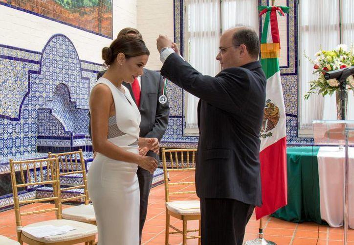 La actriz Eva Longoria recibió el premio Ohtli, que significa 'camino' en lengua náhuatl y reconoce desde 1996 a personalidades de origen mexicano o latino que han contribuido al bienestar de las comunidades hispanas en EU. (Notimex)