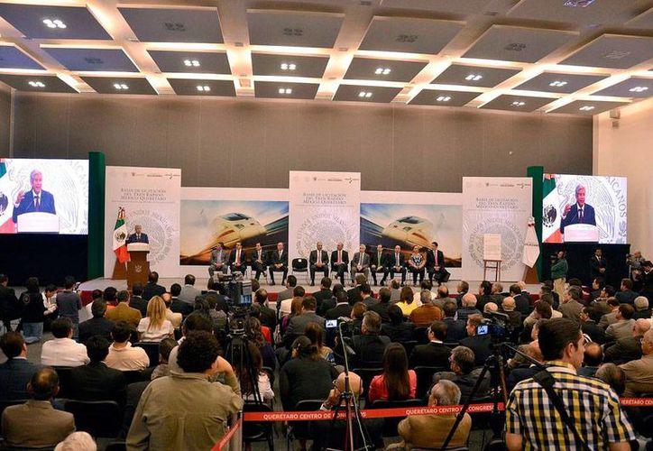 El presidente Enrique Peña Nieto echó para atrás la decisión de entregarle al consorcio China Railway la construcción del tren de alta velocidad México-Querétaro. La imagen corresponde al día del lanzamiento de la licitación, y está utilizada como contexto. (NTX)