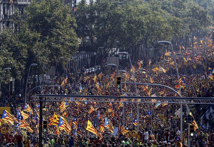 Miles de personas con camisetas rojas y amarillas en la Avenida Diagonal y la Gran Vía de Barcelona. (EFE)