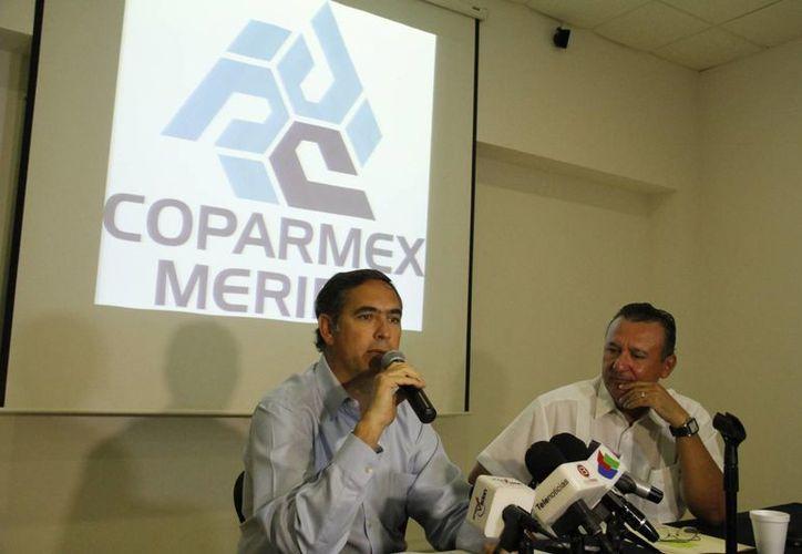 Los presidentes entrante y saliente de Coparmex, Nicolás Madáhuar y Jorge Caamal, respectivamente, en rueda de prensa. (Juan Carlos Albornoz/SIPSE)