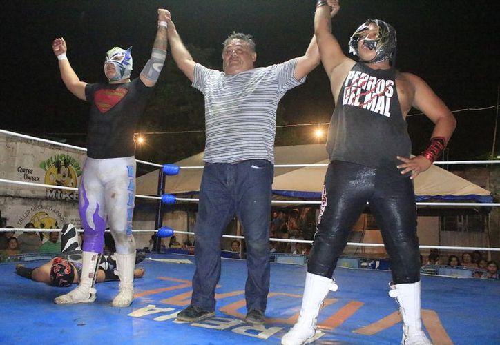 El dueto conservó su cinturón y se alzaron como pareja vencedora en la lucha libre. (Miguel Maldonado/SIPSE)