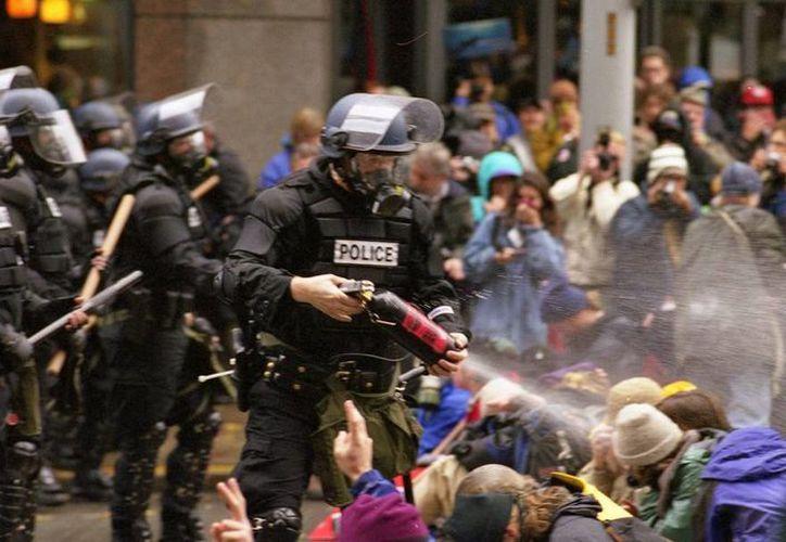 En ciertos casos, el gas pimienta se emplea para controlar manifestaciones violentas como la de imagen, en Seattle. Un policía de Pennsylvania está acusado se usar este gas tan sólo para persuadir al hijo de su novia de que se fuera a la escuela. (Archivo/Wikipedia.org)