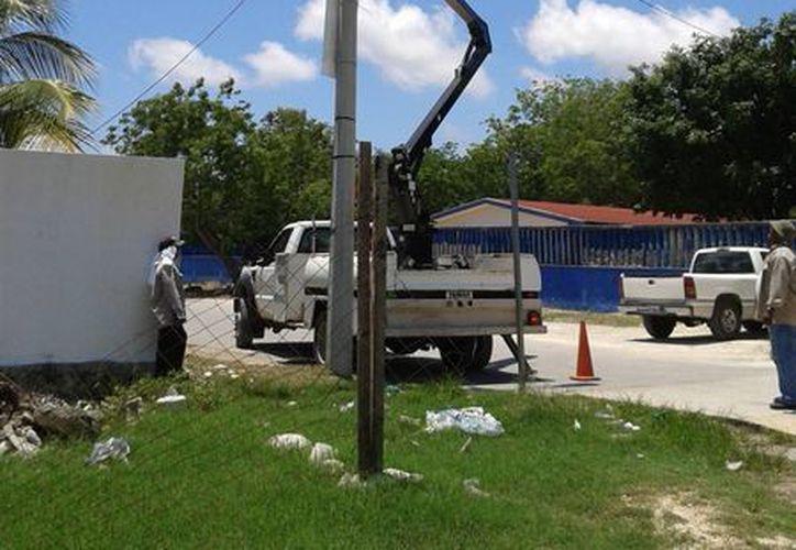 Reparación de alumbrado público en el poblado. (Licety Díaz/SIPSE)