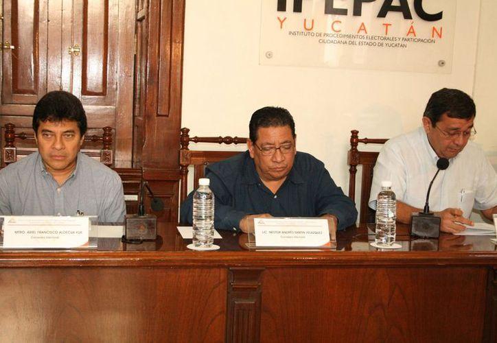 Los tres consejeros del Ipepac que se van: Fernando Bolio Vales, Néstor Santín Velázquez y Ariel Aldecua Kuk. (SIPSE)