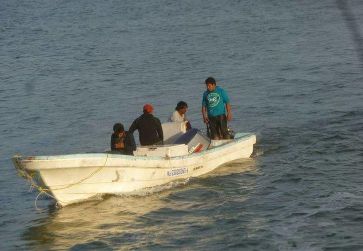 El mal tiempo también afecta las labores de pesca. (Raúl Balam/SIPSE)