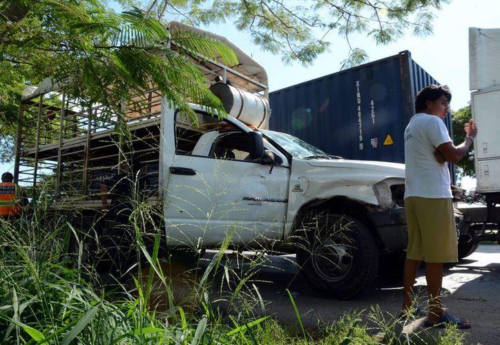 Una camioneta quedó sobre las vías del tren y fue golpeada por la mole. Afortunadamente no hubo heridos. (SIPSE)