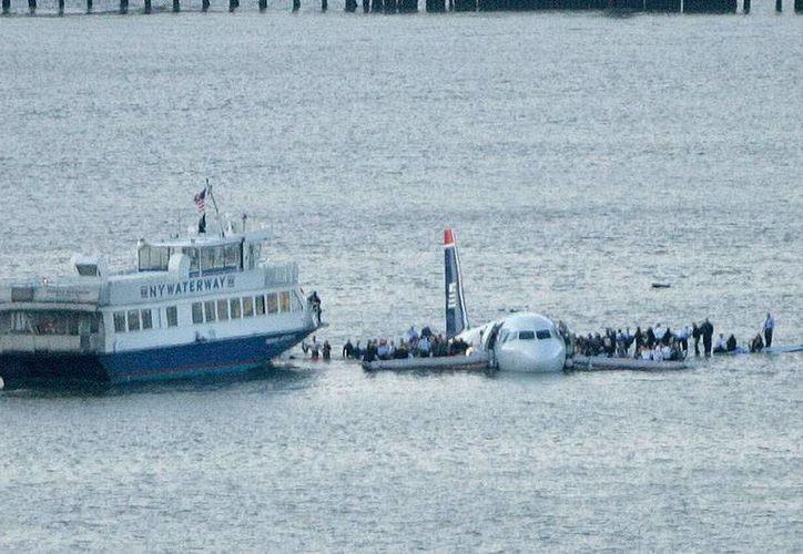 El vuelo 1549 de US Airways, con 150 pasajeros y 5, chocó contra una parvada de gansos y perdió la potencia de sus dos motores. 40 segundos más tarde el capitán, Chesley Sullenberger, aterrizó sobre las heladas aguas del río Hudson. Ninguno de los pasajeros resultó herido. (Archivo/rtve.es)