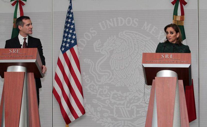 El alcalde de Los Ángeles, Eric Garcetti, y la secretaria de Relaciones Exteriores, Claudia Ruiz Massieu, durante la conferencia de prensa conjunta, este miércoles, en la Ciudad de México. (Notimex)