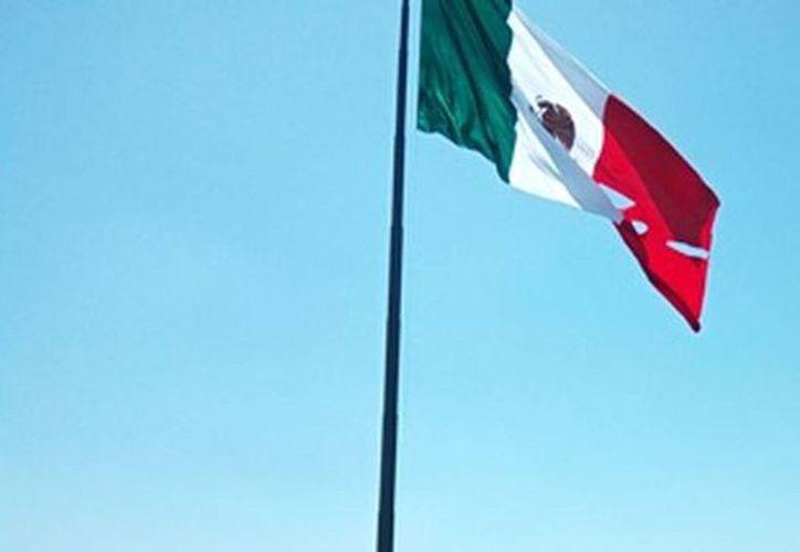 La bandera se rasgó cuando fue izada este viernes 24 de febrero de 2017, en el Campo Marte de la Ciudad de México. (Daniel Venegas/Milenio)