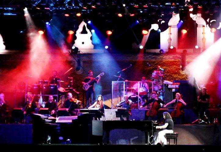 Más de seis mil personas acompañaron a Yanni en su concierto en Izamal. (Christian Ayala/Milenio Novedades)