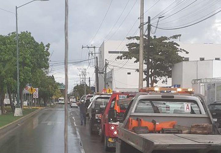 Los representantes de las empresas afectadas, portaron algunas pancartas afuera del edificio de SMSPyT. (Redacción)