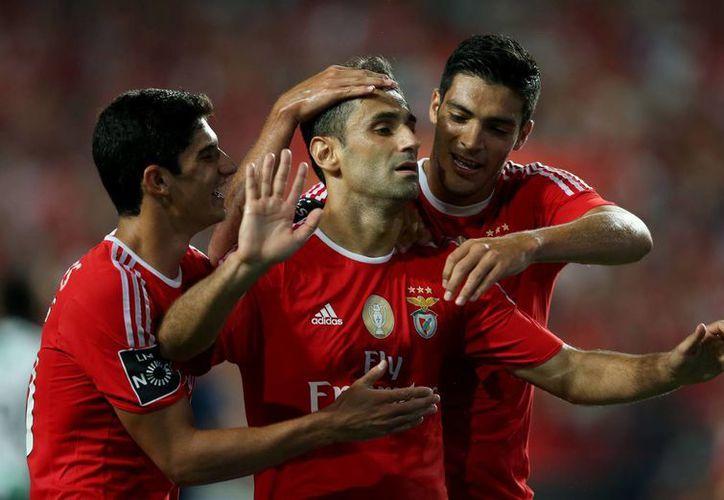 Jonas (c) celebra su gol con Benfica ante Moreirense. A su izquierda, el mexicano Raúl Jiménez, quien también anotó. (Foto: AP)