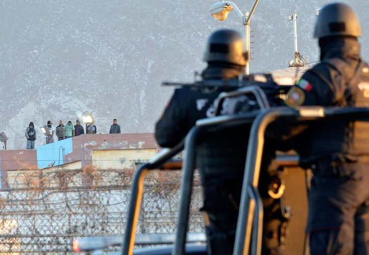 Policías vigilan el penal de Topo Chico tras la riña que dejó 49 muertos. (Archivo/AP)