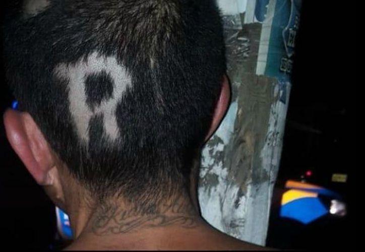 A uno de los presuntos delincuentes, le raparon la letra 'R' de 'ratero' en la cabeza. (Diario de México)
