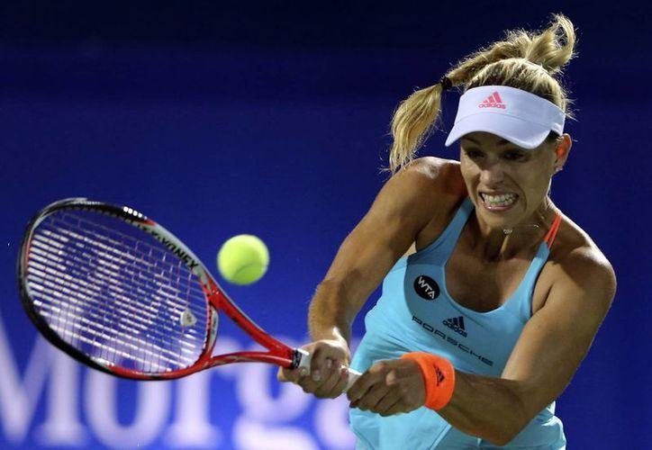 Angelique Kerber no sólo perdió un partido y su posibilidad de seguir avanzan en Dubái, sino que ya no será la número 1 del mundo del tenis: cayó ante Elina Svetolina. (AP)