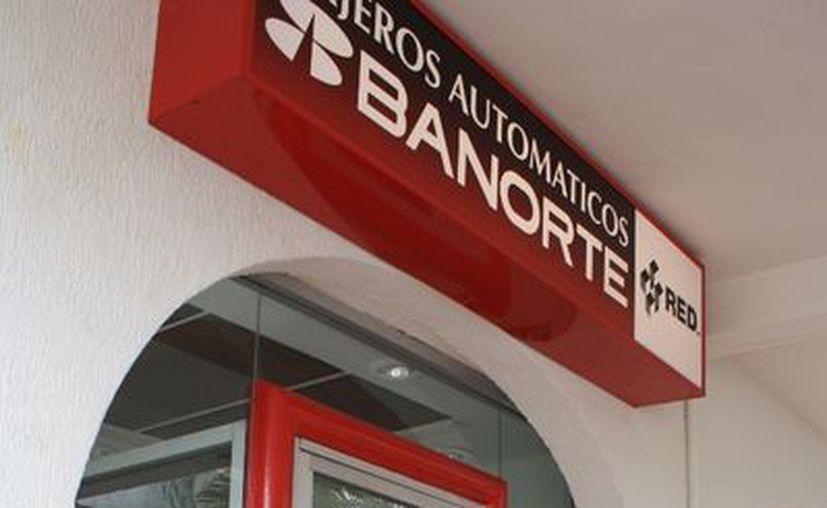 Reviven tarjetas bloqueadas de Banorte, ya pueden retirar dinero de efectivo de cajeros automáticos. (Ernesto Neveu/SIPSE)