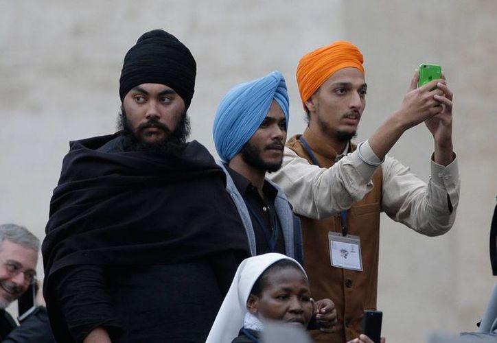 Personas de varias religiones asistieron, en la plaza de San Pedro, a la audiencia papal de los miércoles. El Papa Francisco pidió la unidad para combatir los extremismos. (AP)