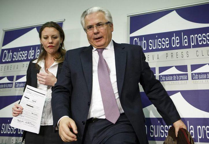 La empleada de WikiLeaks Sarah Harrison y el exjuez español Baltasar Garzón, quien ahora representa al fundador de WikiLeaks Julian Assange, llegan para comenzar una conferencia de prensa en Ginebra, Suiza. (Agencias)