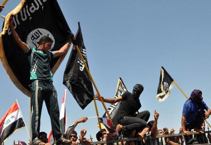 Los yihadistas controlan amplias zonas de Irak y Siria desde junio de 2014. Imagen de un grupo de terroristas que desfilan por una calle bajo su control. (Archivo/AP)