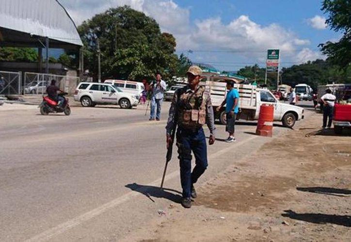 El enfrentamiento entre ambos bandos sucedió en El Ocotito, Guerrero. Imagen de un hombre armado en el lugar de los hechos. (Rogelio Agustín Esteban/Milenio)