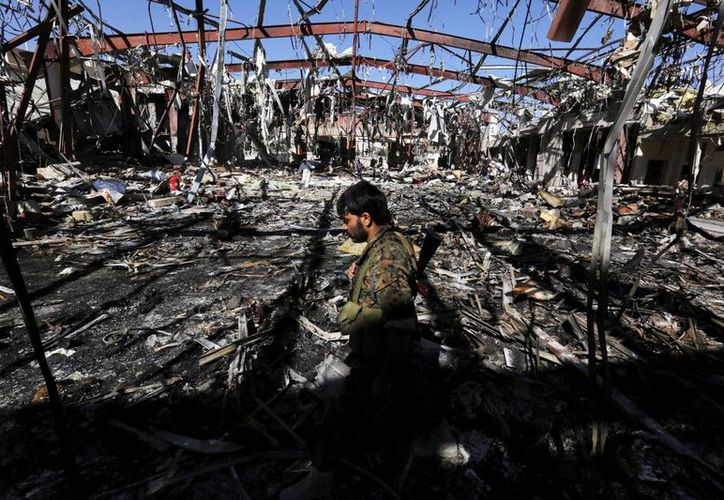 Alrededor de 60 presos murieron y otros 38 resultaron heridos por ataque aéreo. Foto de contexto del lugar donde se produjo la masacre de 140 personas en un bombardeo, en Saná, Yemen. (EFE/Archivo)