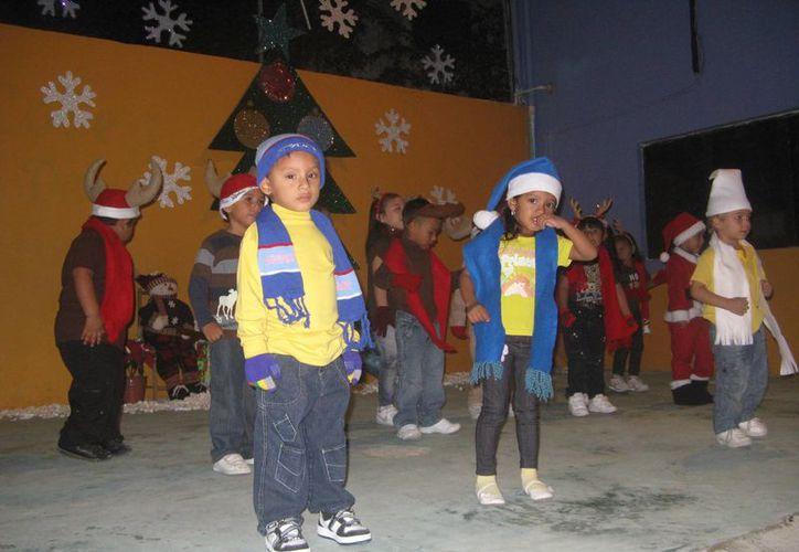 Los alumnos salieron felices por el período de asueto y los regalos. (Rossy López/SIPSE)