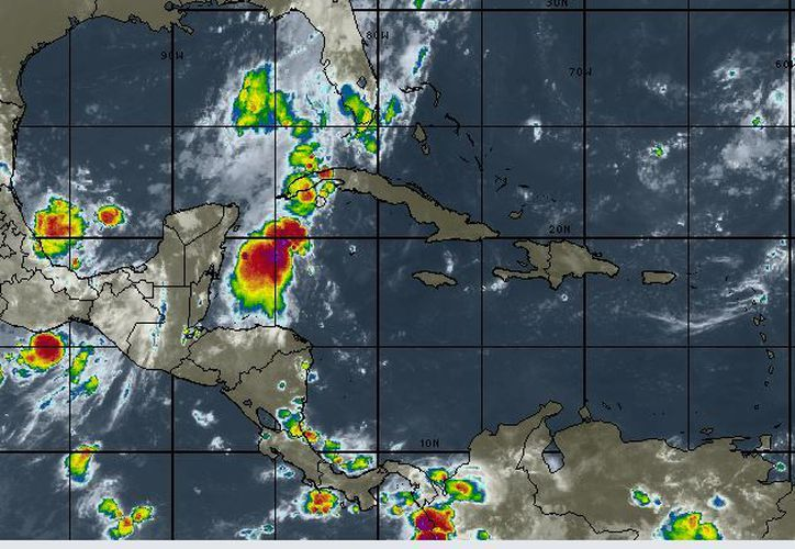 La Onda Tropical No. 32, localizada en superficie sobre la porción oriental de la Península de Yucatán. (Intellicast)