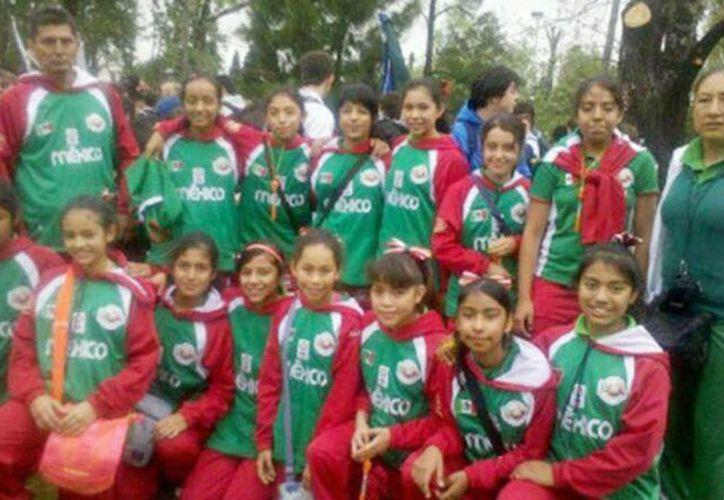 Las jovencitas poblanas vencen falta de recursos y ganan torneo de basquetbol. (Milenio)