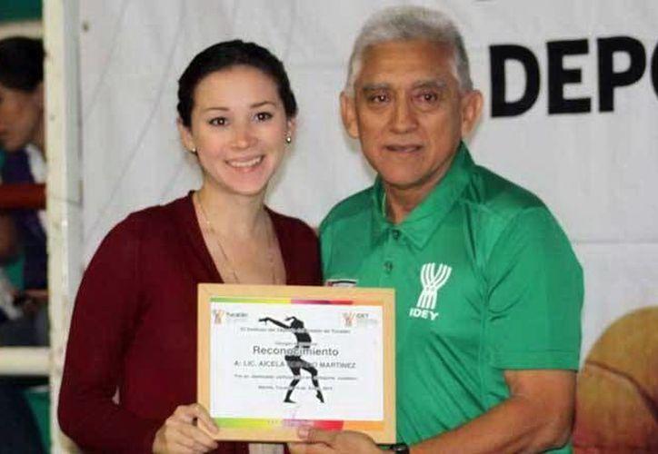 Aicela Rosado recibió ayer un reconocimiento por su trayectoria. (SIPSE)