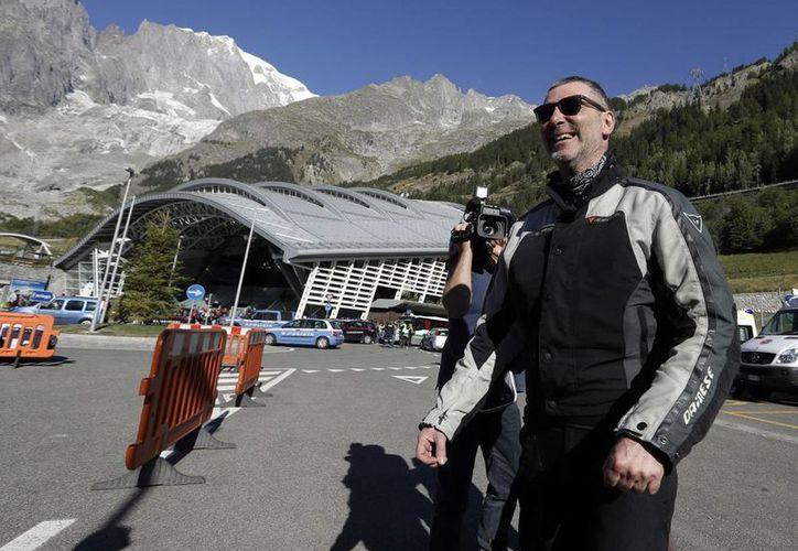 Un turistas que pasó la noche en un teleférico sobre las laderas del Mont Blanc, en los Alpes, a su llegada a tierra firme en Courmayeur, Italia. (AP/Luca Bruno)