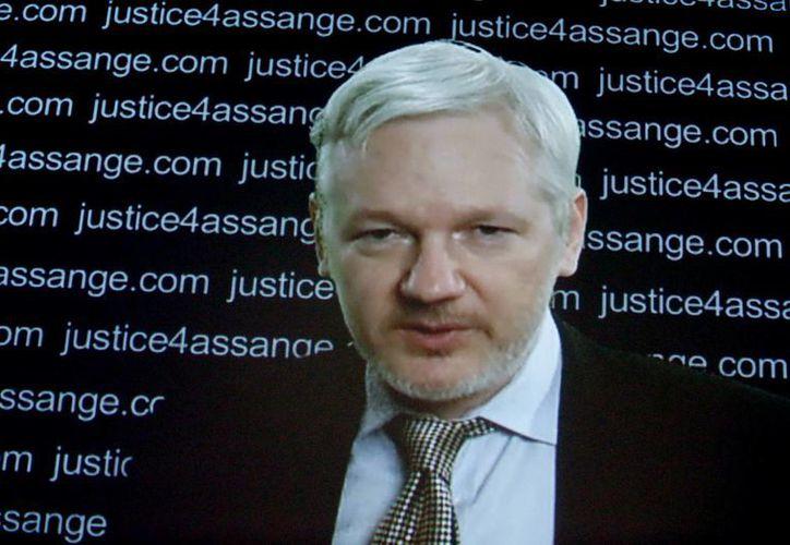 El fundador de Wikileaks, Julian Assange, habló en videoconferencia desde la embajada de Ecuador sobre el fallo de la ONU a su favor. (Agencias)