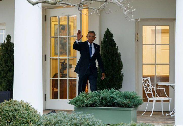 El president Barack Obama saluda desde la entrada del Salón Oaval de la Casa Blanca, el 20 de enero ded 2017. (AP/Evan Vucci)