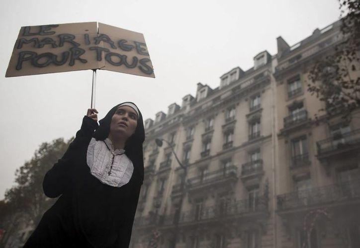 El debate sobre la legalización de matrimonios del mismo sexo se ha desbordado en las calles francesas (EFE).