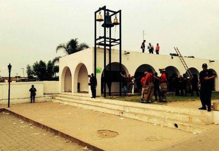 Personal de Protección Civil y Bombero inspecciona la zona donde ocurrió la explosión de los juegos pirotécnicos. (Juan Levario/Milenio)