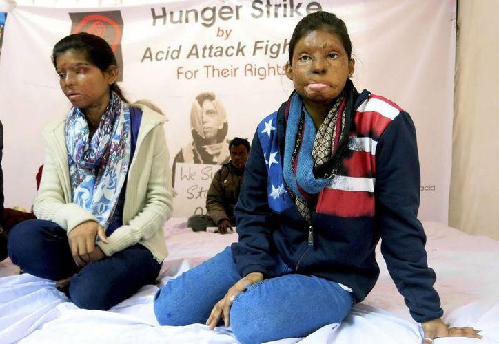 Rupa (d) y Sonia (i), dos jóvenes que sobrevivieron a ataques de ácido y que se consideran luchadoras en lugar de víctimas, hacen una huelga de hambre en Nueva Delhi para que el Gobierno haga cumplir la ley. (EFE)