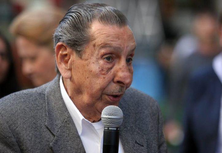 El legendario exjugador, de 87 años, fue el único autorizado a tocar la Copa del Mundial. (EFE/Archivo)