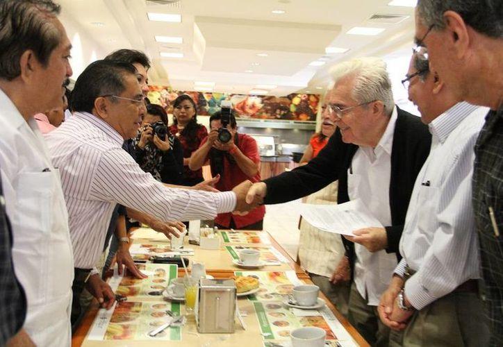 Roldán Peniche Barrera (d) agradeció a los organismos que respaldaron su postulación a la Medalla Héctor Victoria y también a la LX Legislatura por considerarlo merecedor. (SIPSE)