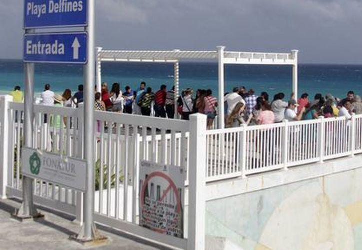 Playa Delfines, también conocida como El Mirador, es una de las tres, que cuenta con el distintivo Blue Flag en Cancún. (Francisco Gálvez/SIPSE)