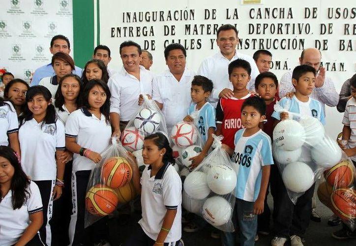 En Kopomá, el gobernador Rolando Zapata entregó material deportivo e inauguró una cancha de usos múltiples, la repavimentación de calles y banquetas. (Cortesía)